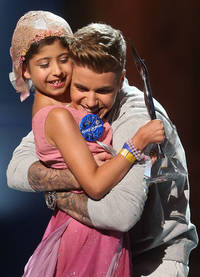 Justin Bieber takes a young fan as his date to the Young Hollywood Awards and it's ridiculously lovely - PICS